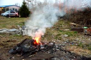 foto: SG - spalanie odpadów (papa itp.) na jednej z posesji w m. Czernin