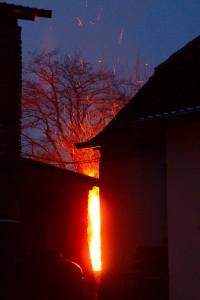 foto: SG - Bardy, wypalane gałęzie przy zabudowaniach, snop iskier