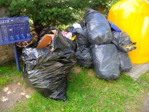 foto: SG - odpady podrzucone przy ul.Kolejowej