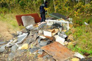 foto: SG - odpady z wyburzonych domków, wyrzucone pod Gąskowem